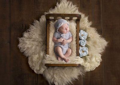 newborn fotoshoot bedje blauwe bloemen